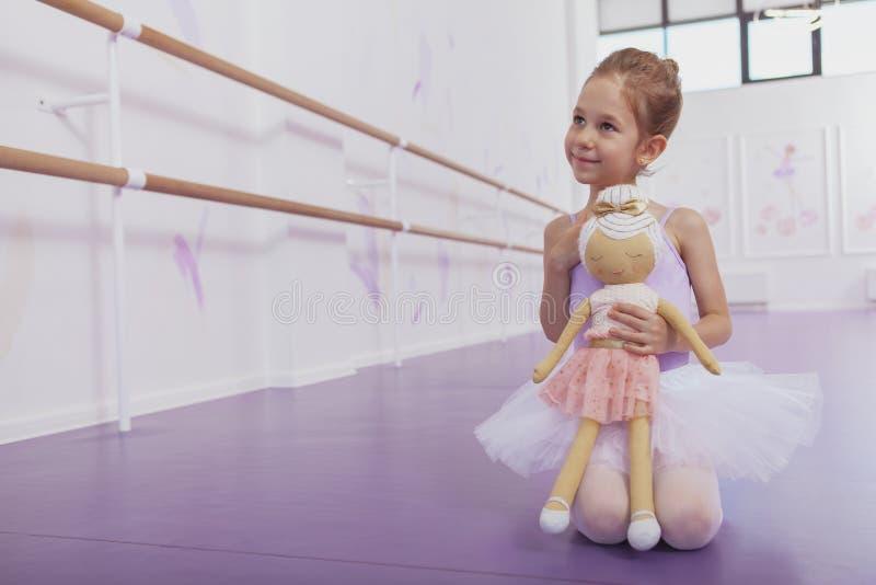 Śliczna mała baleriny dziewczyna ćwiczy przy taniec szkołą obraz royalty free
