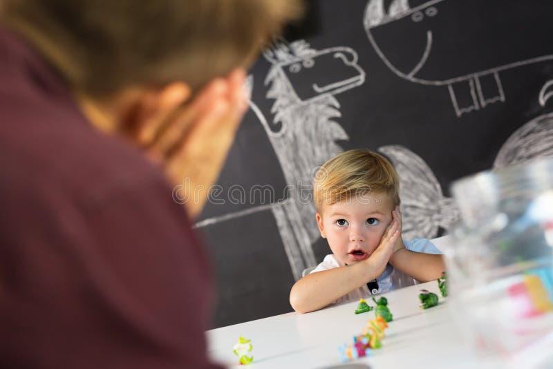 Śliczna mała berbeć chłopiec przy dziecko terapii sesją obrazy royalty free