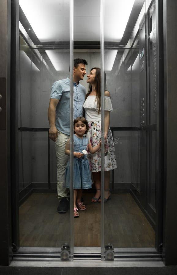 Śliczna mała córka i jej młodzi rodzice fotografia royalty free