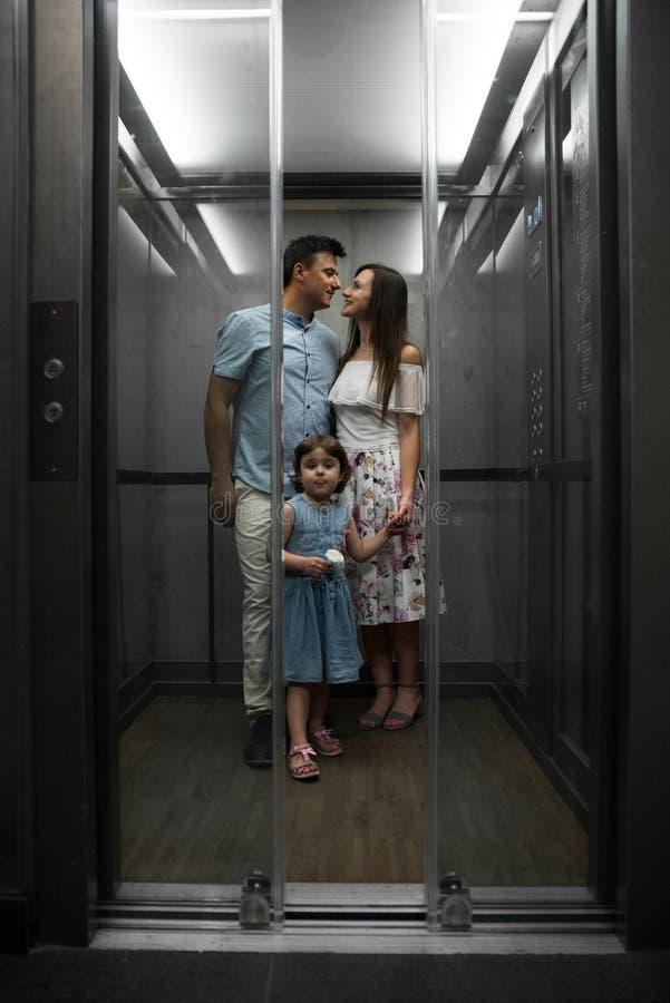 Śliczna mała córka i jej młodzi rodzice obrazy royalty free