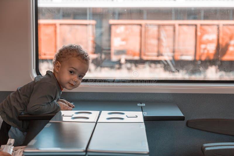Śliczna mała chłopiec podróżuje koleją zdjęcia stock