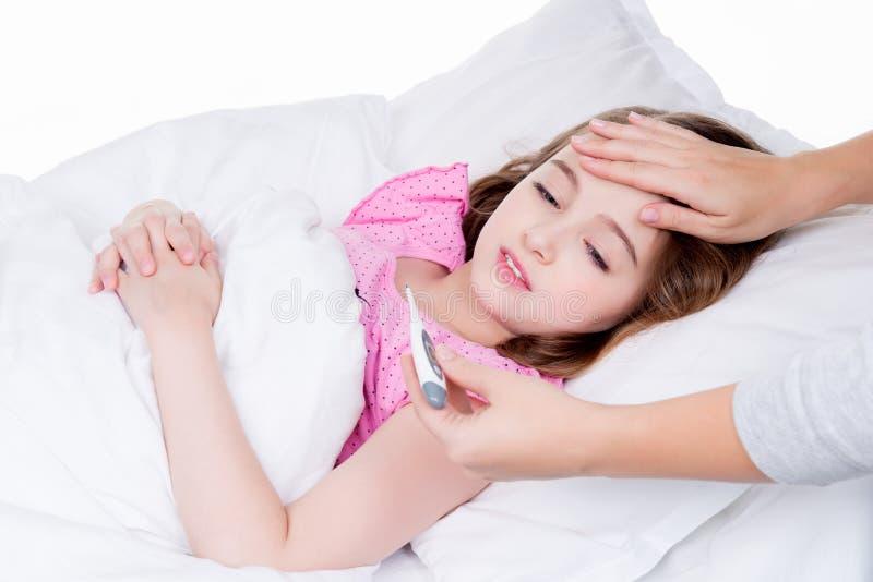 Śliczna mała chora dziewczyna z termometrem zdjęcia stock