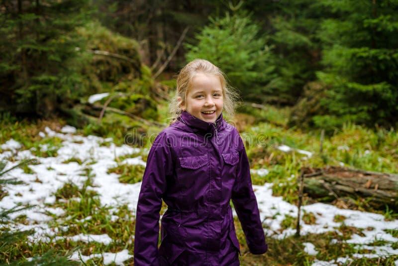 Śliczna mała dziewczynka śmia się, jesienny las z pierwszy śniegiem, Francja zdjęcie royalty free