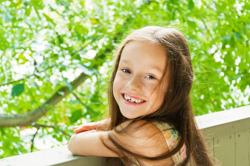 Śliczna mała dziewczynka błyszcząca z szczęściem obrazy stock