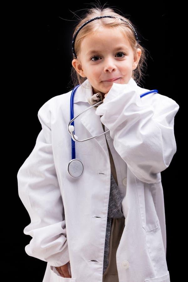 Śliczna mała dziewczynka bawić się lekarkę zdjęcie stock