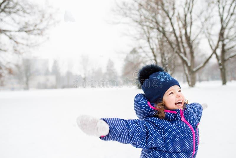 Śliczna mała dziewczynka bawić się outside w zimy naturze obraz royalty free