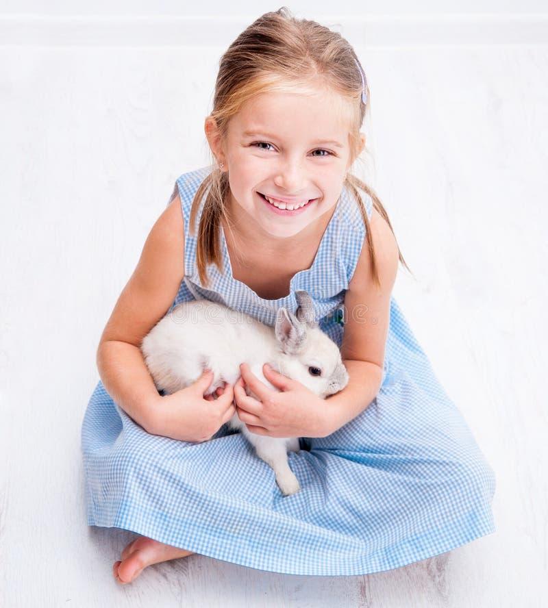 Śliczna mała dziewczynka biały królik zdjęcia stock