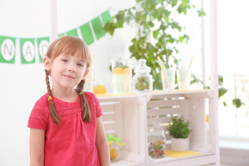 Śliczna mała dziewczynka i zamazujący stojak z lemoniadą zdjęcia royalty free