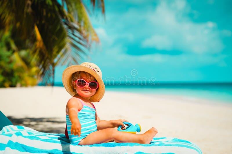 Śliczna mała dziewczynka na tropikalnym plaża wakacje obrazy royalty free