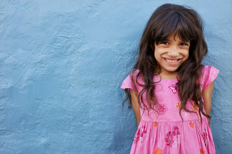 Śliczna mała dziewczynka patrzeje kamerę i ono uśmiecha się obraz stock