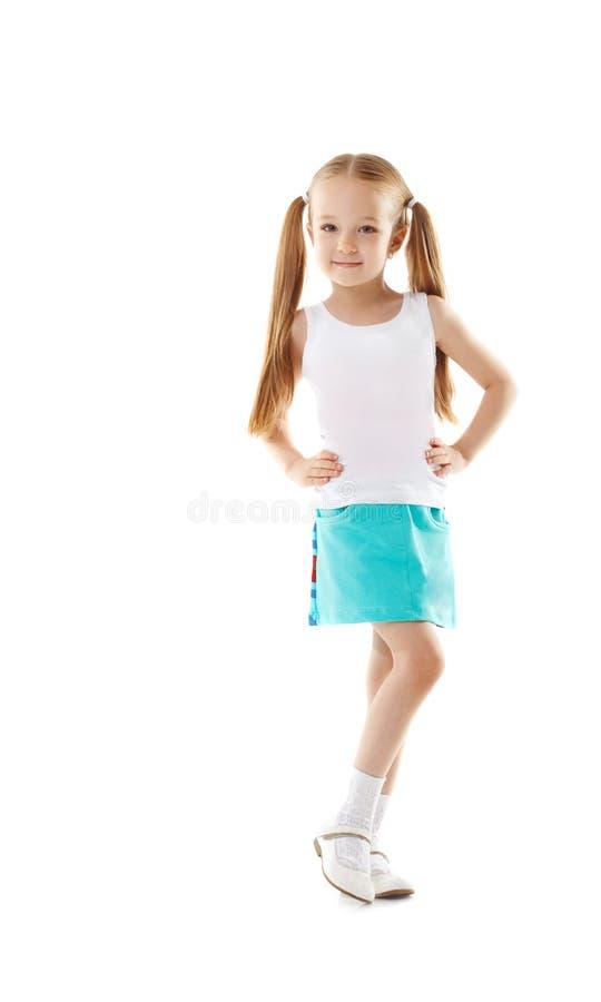 Śliczna mała dziewczynka pozuje w przypadkowych ubraniach fotografia royalty free