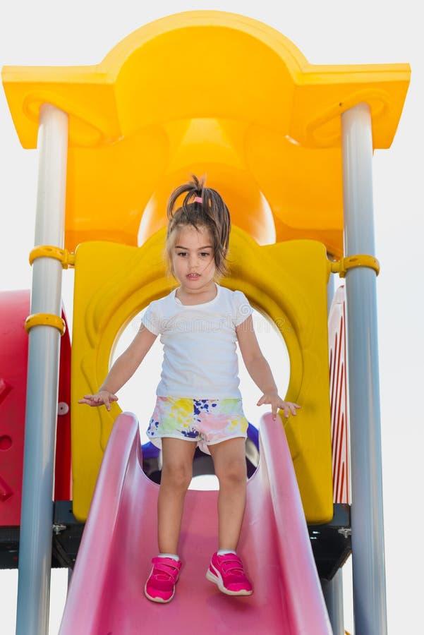 Śliczna mała dziewczynka próbuje chodzić na suwaku obrazy royalty free