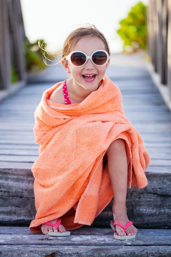 Śliczna mała dziewczynka przy plażą fotografia stock