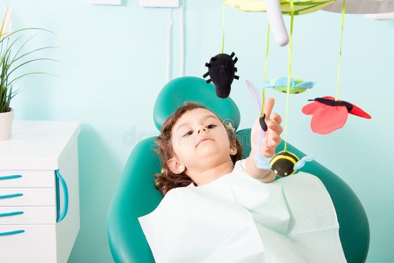 Śliczna mała dziewczynka przy stomatologiczną kliniką obraz stock