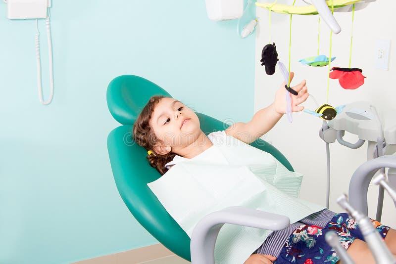Śliczna mała dziewczynka przy stomatologiczną kliniką fotografia stock