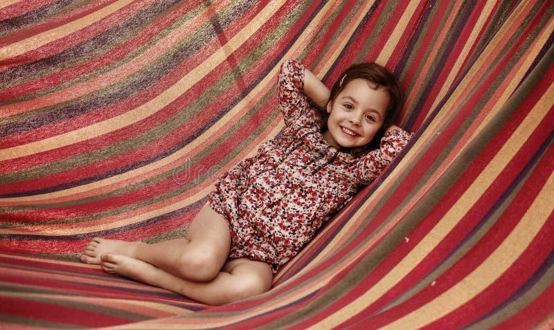 Śliczna mała dziewczynka realxing na hamaku obraz stock