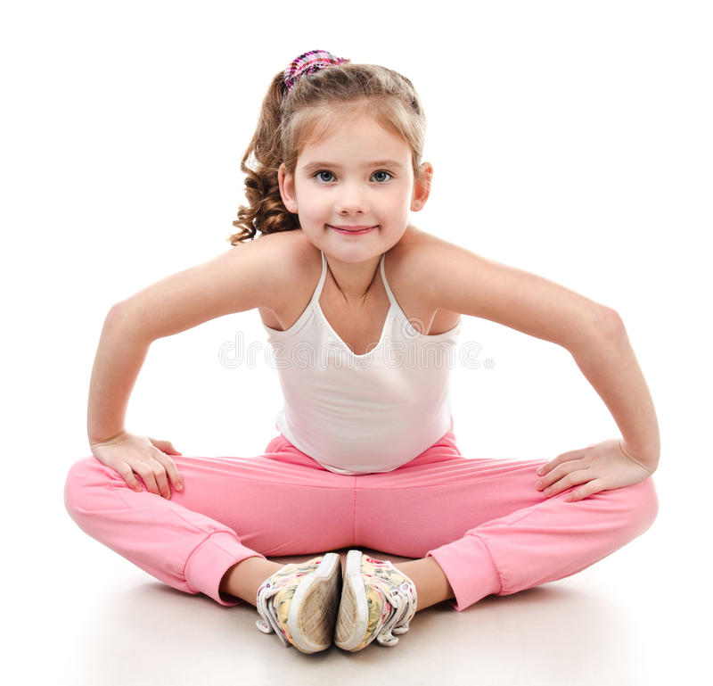 Śliczna mała dziewczynka robi gimnastycznemu ćwiczeniu fotografia stock