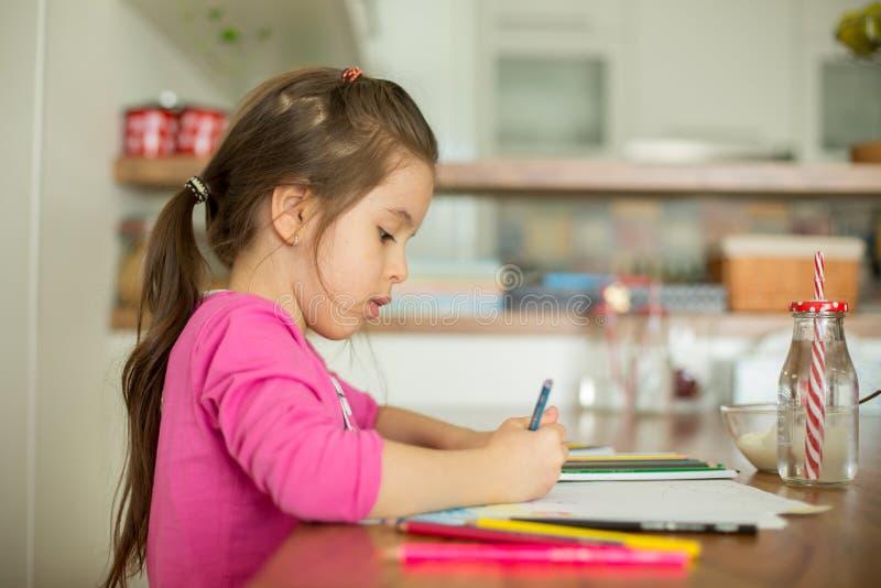 Śliczna mała dziewczynka, rysuje obrazek z ołówkami w domu obraz royalty free
