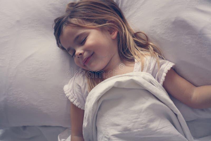 Śliczna mała dziewczynka w łóżku fotografia stock