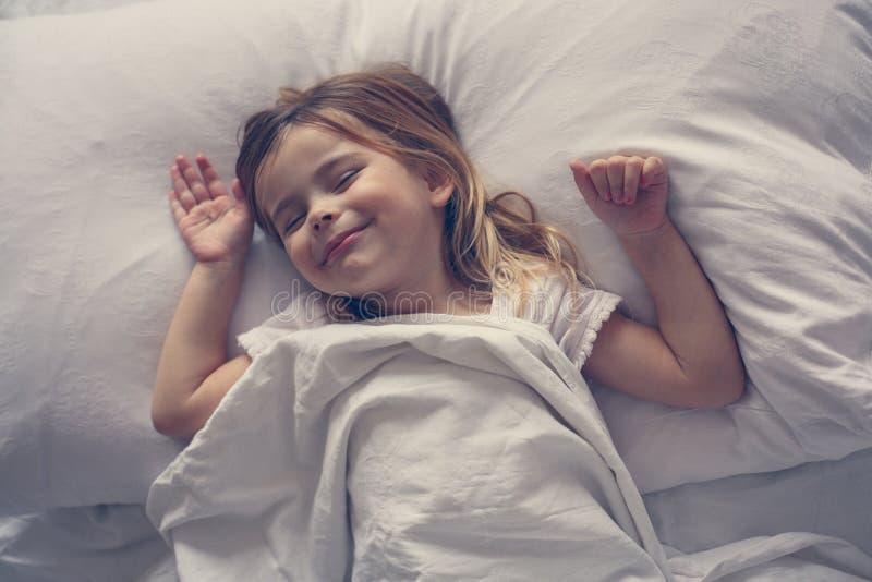 Śliczna mała dziewczynka w łóżku fotografia royalty free