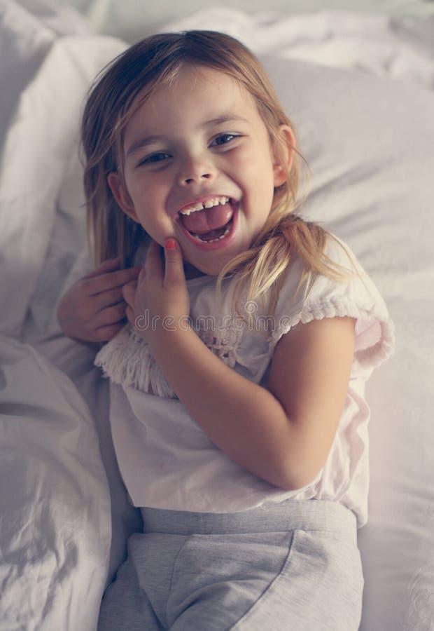 Śliczna mała dziewczynka w łóżku zdjęcie royalty free