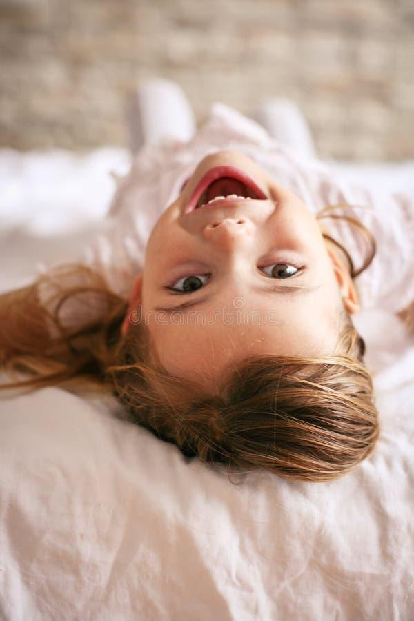 Śliczna mała dziewczynka w łóżku zdjęcia stock