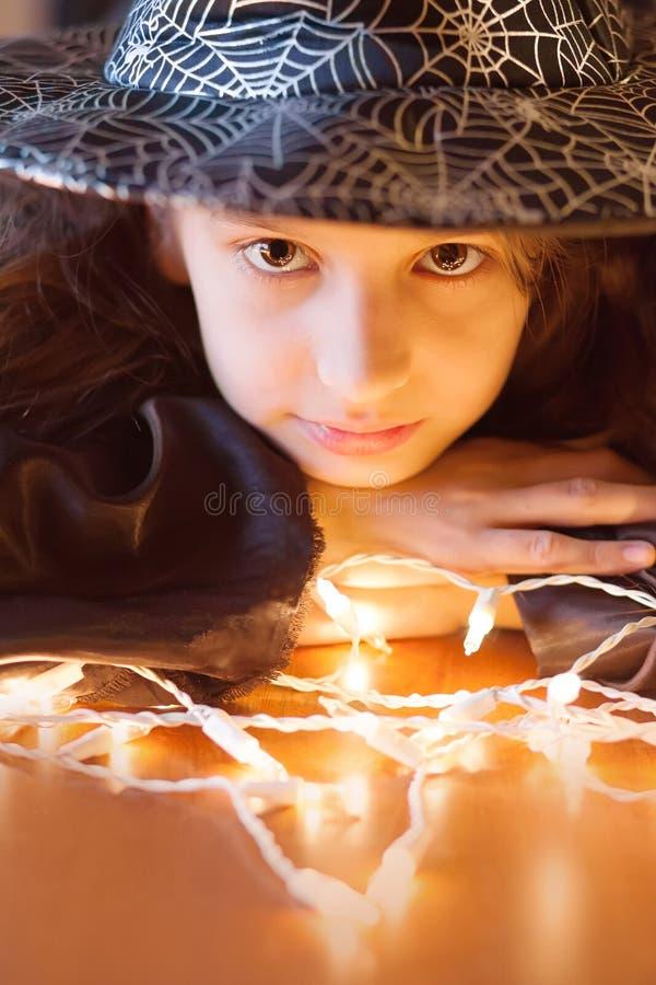 Śliczna mała dziewczynka w czarownica kostiumu, Halloween zdjęcia stock