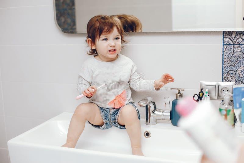 Śliczna mała dziewczynka w domu zdjęcia stock