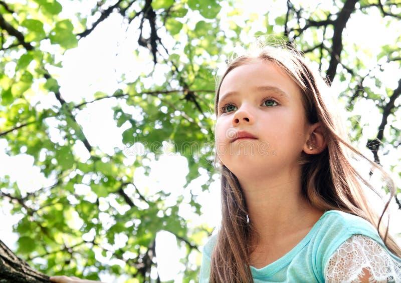Śliczna mała dziewczynka w patrzeć daleko od w letnim dniu fotografia stock