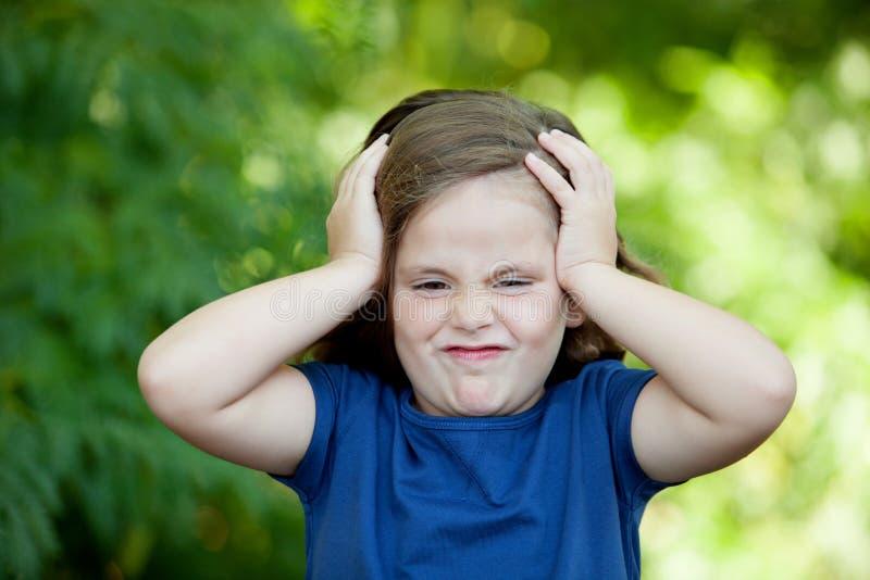Śliczna mała dziewczynka wyraża niespodziankę zdjęcie royalty free