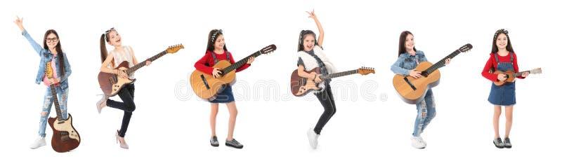 Śliczna mała dziewczynka z gitarą na bielu zdjęcia royalty free