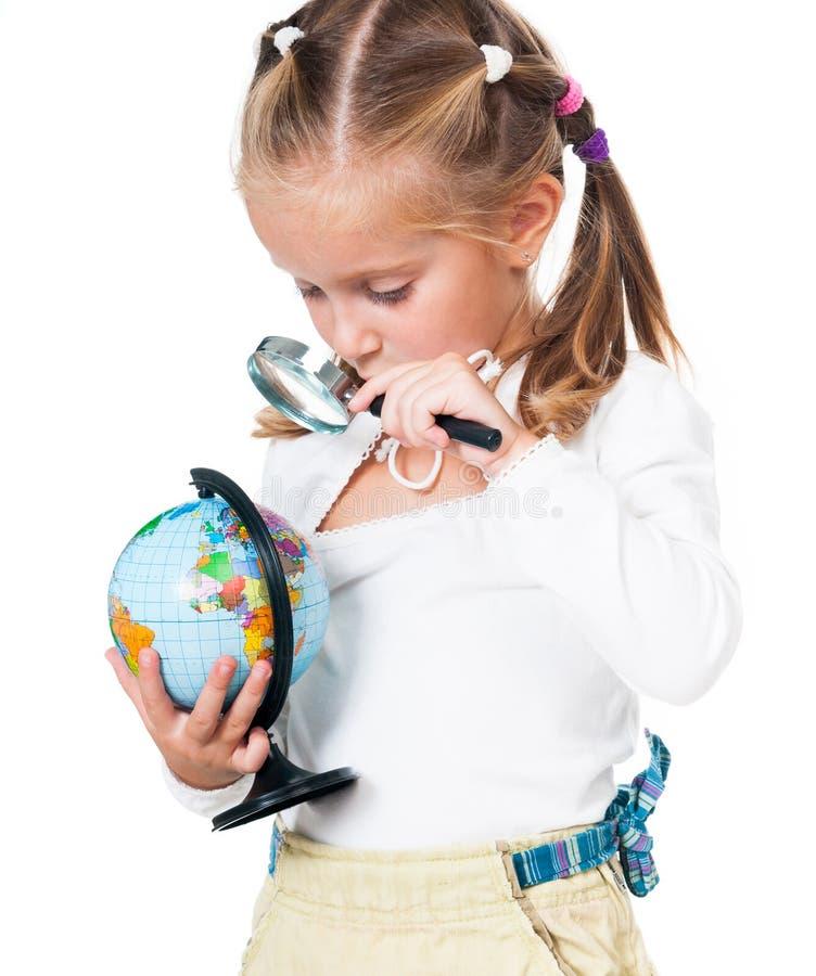 Śliczna mała dziewczynka z kulą ziemską zdjęcia stock