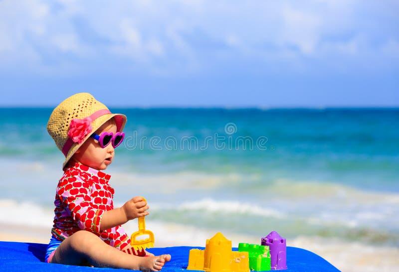 Download Śliczna Mała Dziewczynka Z Piaskiem Bawi Się Na Plaży Zdjęcie Stock - Obraz złożonej z natura, śliczny: 53792070