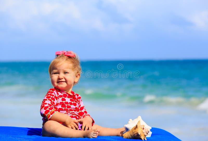 Download Śliczna Mała Dziewczynka Z Seashells Na Plaży Obraz Stock - Obraz złożonej z sunglasses, berbeć: 53792039