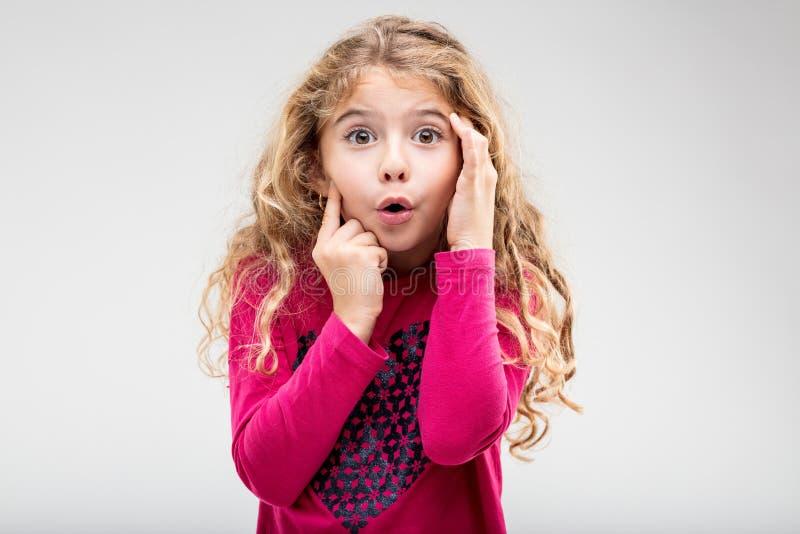 Śliczna mała dziewczynka z spojrzeniem zdziwienie zdjęcie royalty free