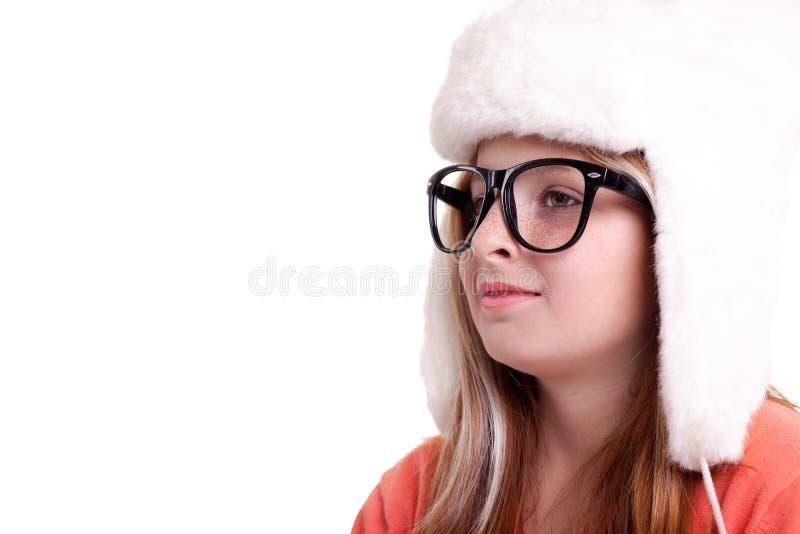 Śliczna mała dziewczynka z szkłami w ciepłym białym kapeluszu zdjęcie royalty free
