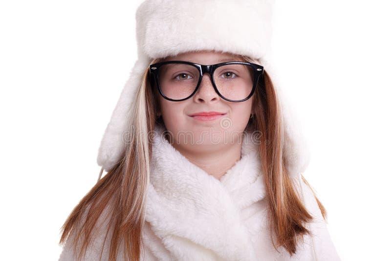 Śliczna mała dziewczynka z szkłami w ciepłym białym kapeluszu fotografia stock