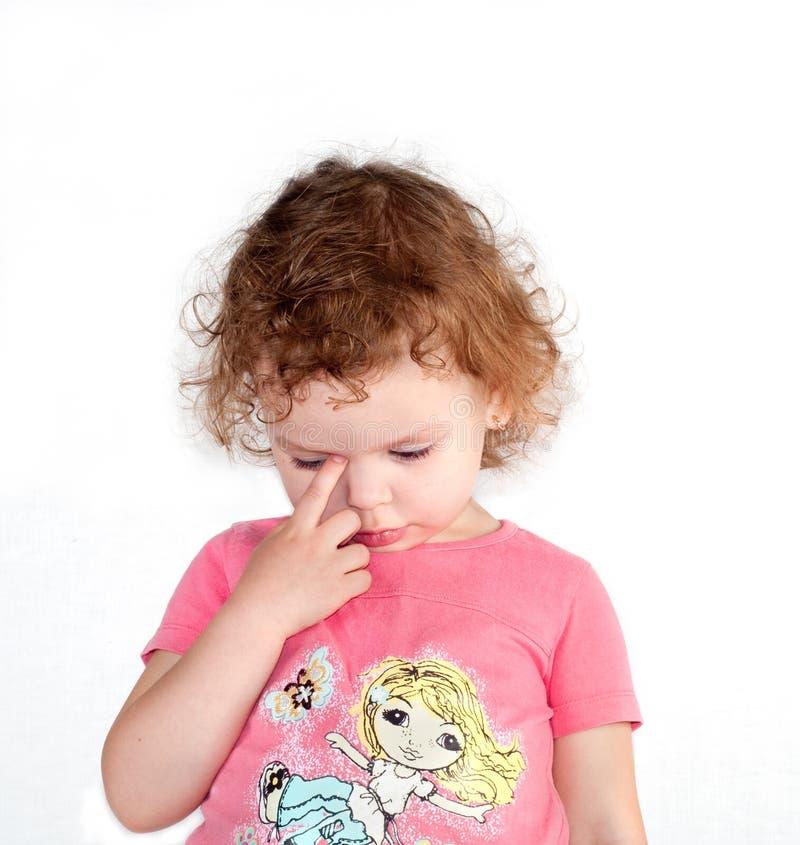 Śliczna mała smutna dziewczyna na białym tle zdjęcia royalty free