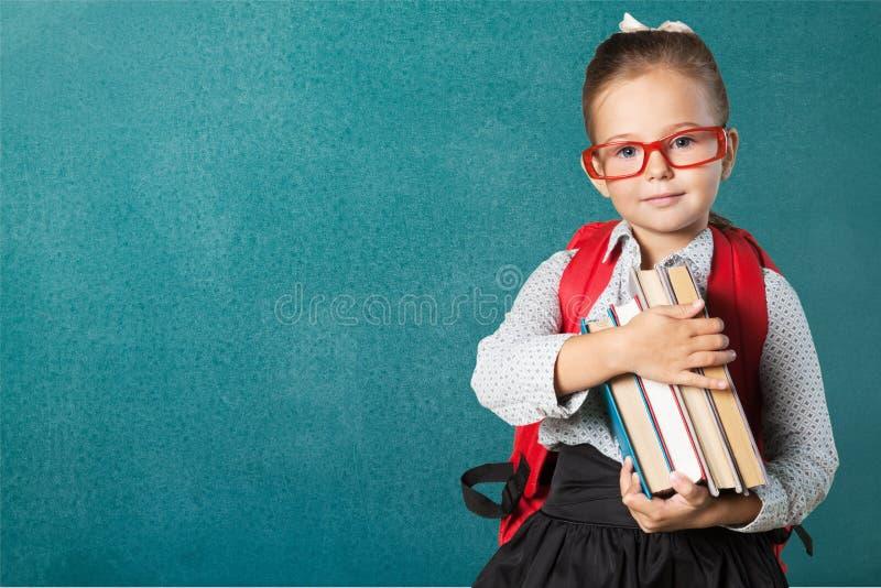 Śliczna mała uczennica w szkłach na blackboard zdjęcia royalty free