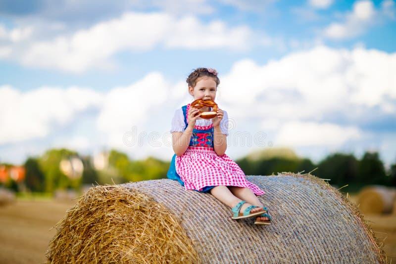 Śliczna małe dziecko dziewczyna w tradycyjnym Bawarskim kostiumu w pszenicznym polu zdjęcie stock
