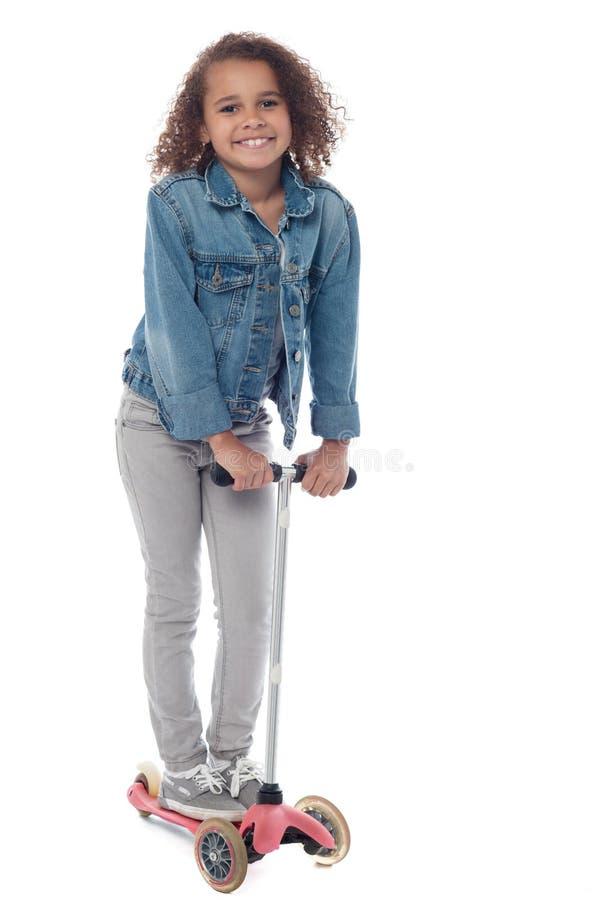 Śliczna małej dziewczynki jazdy cyklu hulajnoga fotografia stock