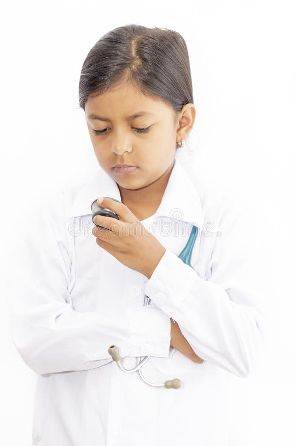 Śliczna małej dziewczynki lekarka z mundurem zdjęcie royalty free