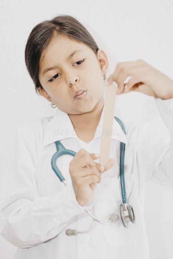 Śliczna małej dziewczynki lekarka z mundurem obrazy royalty free