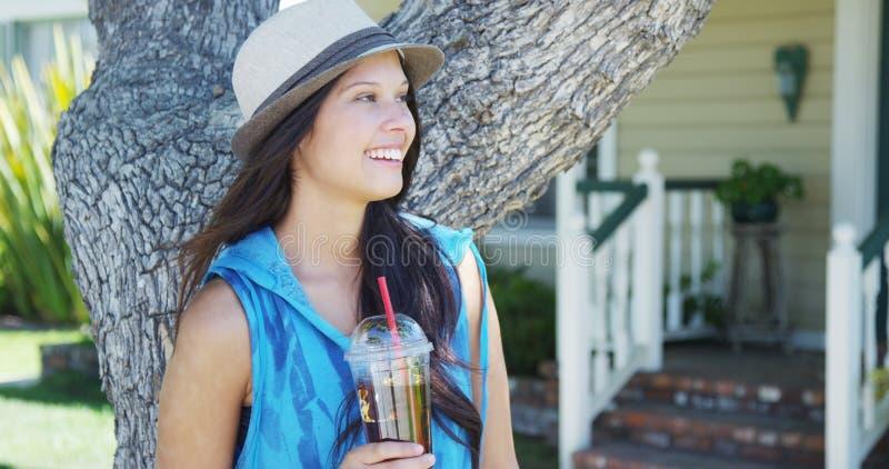 Śliczna mieszana biegowa kobieta ono uśmiecha się drzewem obrazy stock