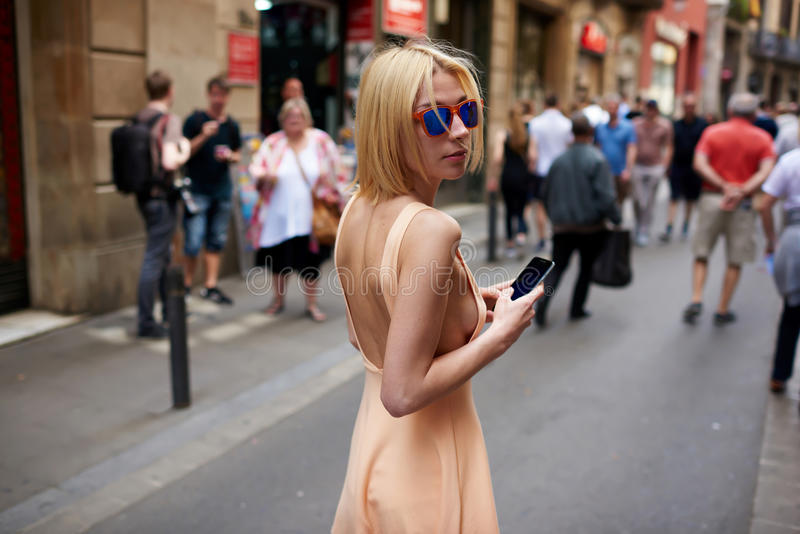 Śliczna modniś dziewczyna z seksownym ciałem spaceruje outdoors fotografia royalty free