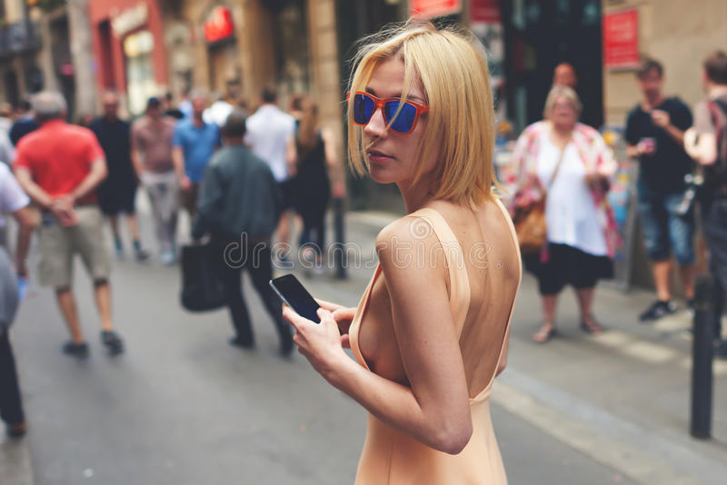 Śliczna modniś dziewczyna z seksownym ciałem spaceruje outdoors obraz royalty free