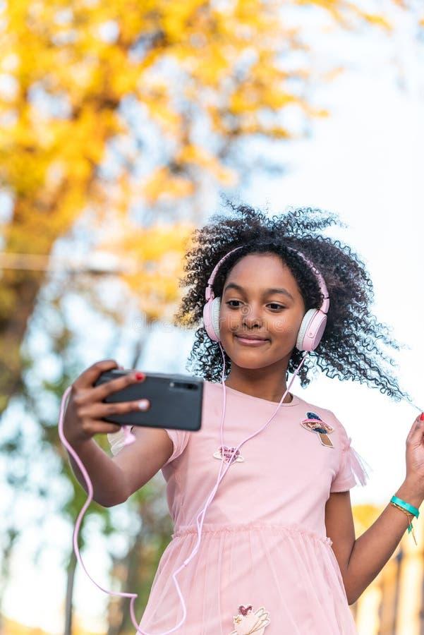 ?liczna nastoletnia dziewczyna Ma zabaw? Outdoors obrazy royalty free