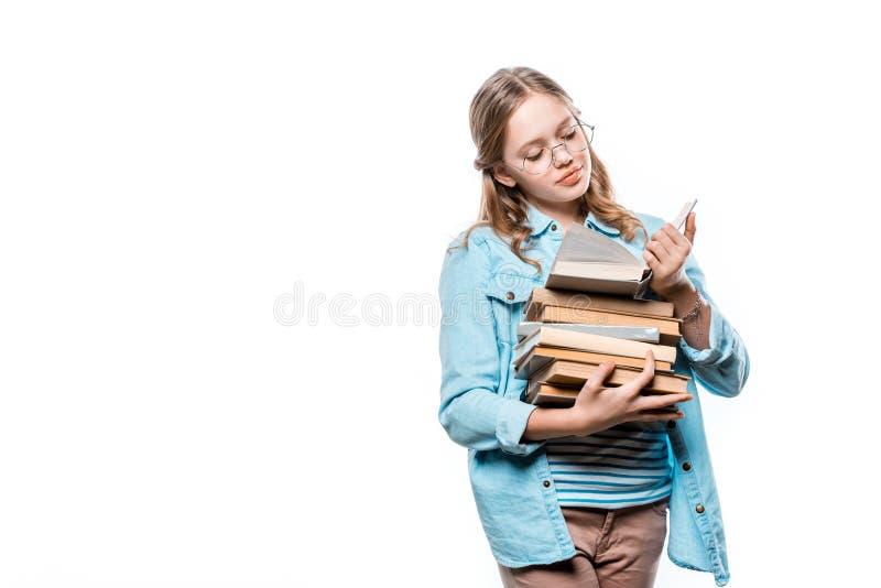 Śliczna nastoletnia dziewczyna w eyeglasses czytelniczej książce fotografia royalty free