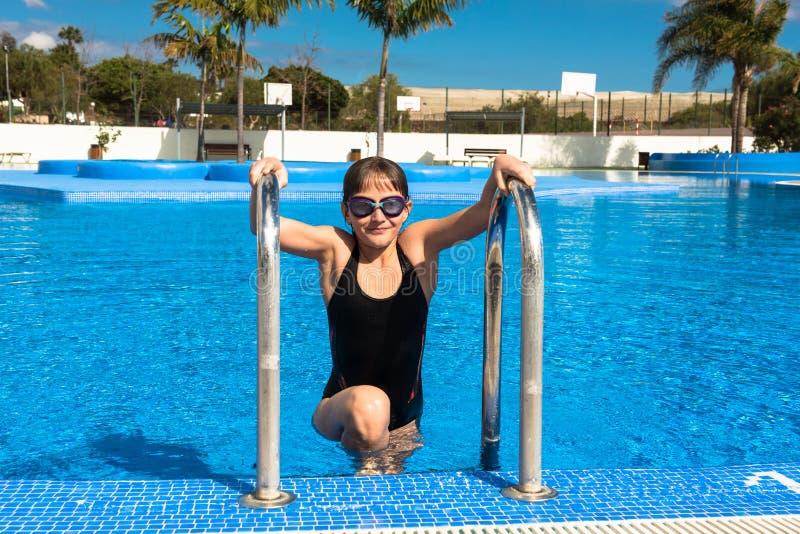 Śliczna nastoletnia dziewczyna w pływackim basenie zdjęcia royalty free