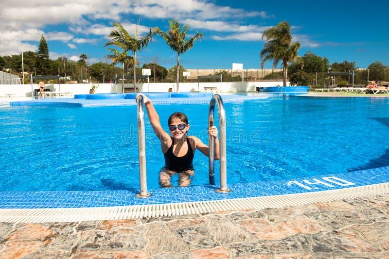 Śliczna nastoletnia dziewczyna w pływackim basenie fotografia stock